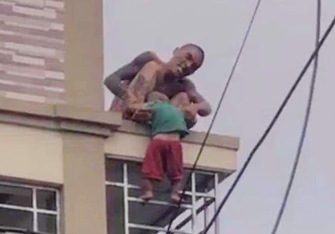 Bé trai bị bố ném từ trên cao xuống đang hoảng loạn, được theo dõi chấn thương sọ não - Ảnh 1.