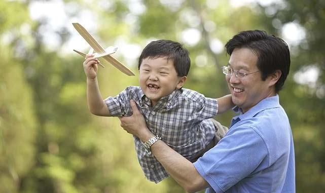 Nếu các mẹ giao nhiệm vụ giúp con rèn luyện thể chất cho các bố chẳng khác nào tìm đúng đối tượng (Ảnh minh họa).