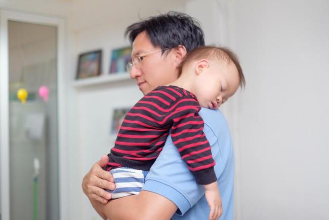 Bố ru trẻ ngủ sẽ giúp nuôi dưỡng khả năng sáng tạo và tính cách của trẻ (Ảnh minh họa).