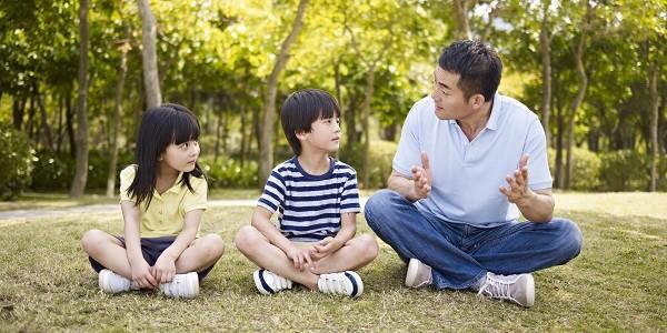 Bố giúp trẻ cảm nhận sự náo động bên ngoài xã hội, giúp cuộc sống của trẻ đong đầy nhiều màu sắc và thú vị hơn (Ảnh minh họa).