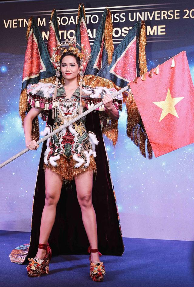 Trang phục bánh mì của HH HHen Niê: Ẩm thực đường phố Việt cần được truyền thông - Ảnh 5.