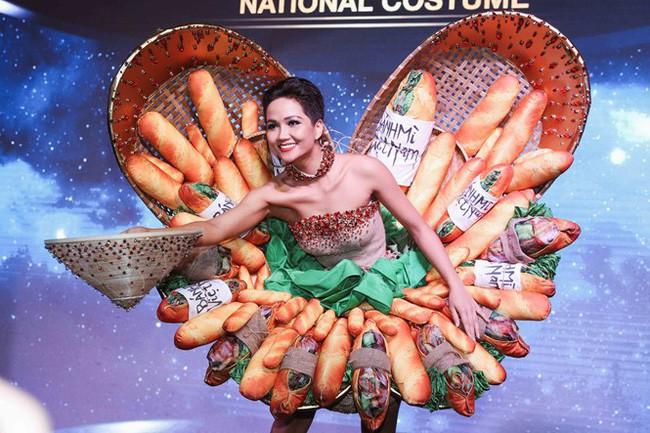 Trong khi khán giả Việt Nam tranh cãi, fan thế giới lại ủng hộ trang phục bánh mì của HHen Niê - Ảnh 6.