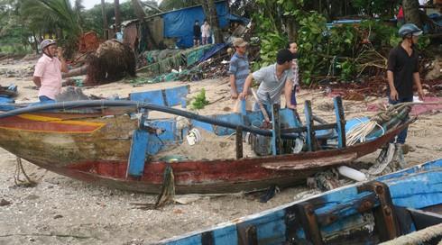 Những hình ảnh tàn phá của bão số 9: Xe máy nằm ngổn ngang, đường ray treo lơ lửng - Ảnh 11.