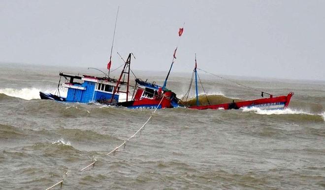 Những hình ảnh tàn phá của bão số 9: Xe máy nằm ngổn ngang, đường ray treo lơ lửng - Ảnh 12.
