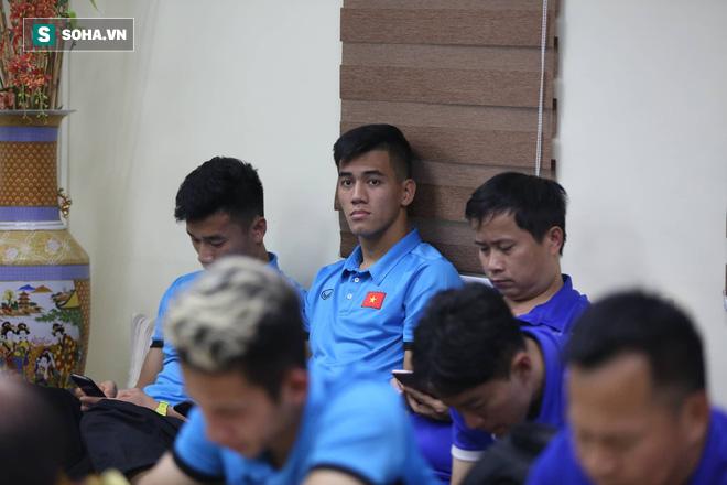 ĐT Việt Nam gặp sự cố khi vừa đến Philippines, cầu thủ mệt mỏi chờ đợi tại sân bay - Ảnh 8.