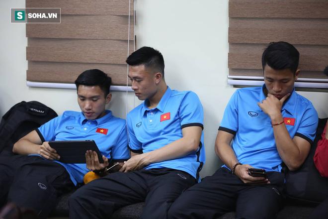 ĐT Việt Nam gặp sự cố khi vừa đến Philippines, cầu thủ mệt mỏi chờ đợi tại sân bay - Ảnh 7.