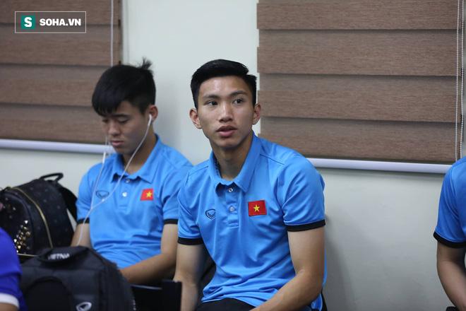 ĐT Việt Nam gặp sự cố khi vừa đến Philippines, cầu thủ mệt mỏi chờ đợi tại sân bay - Ảnh 6.