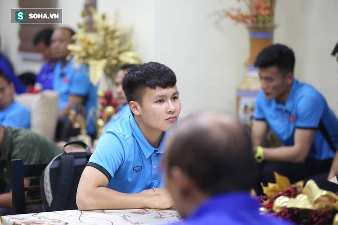 ĐT Việt Nam gặp sự cố khi vừa đến Philippines, cầu thủ mệt mỏi chờ đợi tại sân bay - Ảnh 5.