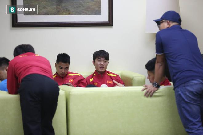 ĐT Việt Nam gặp sự cố khi vừa đến Philippines, cầu thủ mệt mỏi chờ đợi tại sân bay - Ảnh 4.