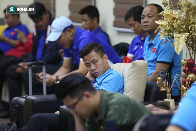 ĐT Việt Nam gặp sự cố khi vừa đến Philippines, cầu thủ mệt mỏi chờ đợi tại sân bay - Ảnh 2.