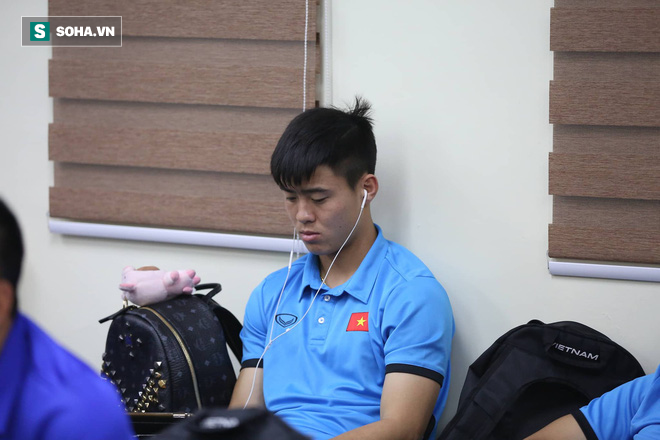 ĐT Việt Nam gặp sự cố khi vừa đến Philippines, cầu thủ mệt mỏi chờ đợi tại sân bay - Ảnh 1.