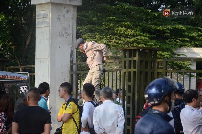 Hàng trăm người cao tuổi và cựu chiến binh kéo đến cổng trụ sở VFF để chờ mua vé trận bán kết giữa Việt Nam - Philippines - Ảnh 7.