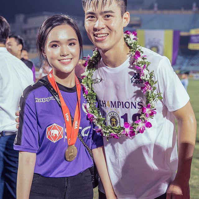 Em vợ Văn Quyết dậy sớm mua đồ cho nam vương AFF Cup 2018 - Ảnh 2.