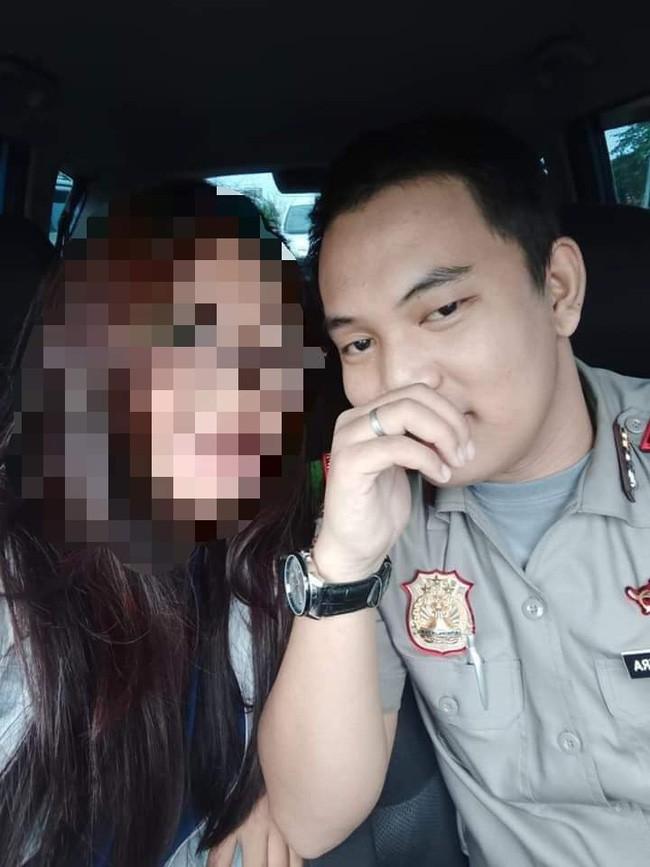 Mê người yêu làm cảnh sát phong độ, lại còn đi xế xịn, 10 cô gái ngây thơ tự đưa mình vào tròng, ngỡ ngàng khi chân tướng phơi bày - Ảnh 2.