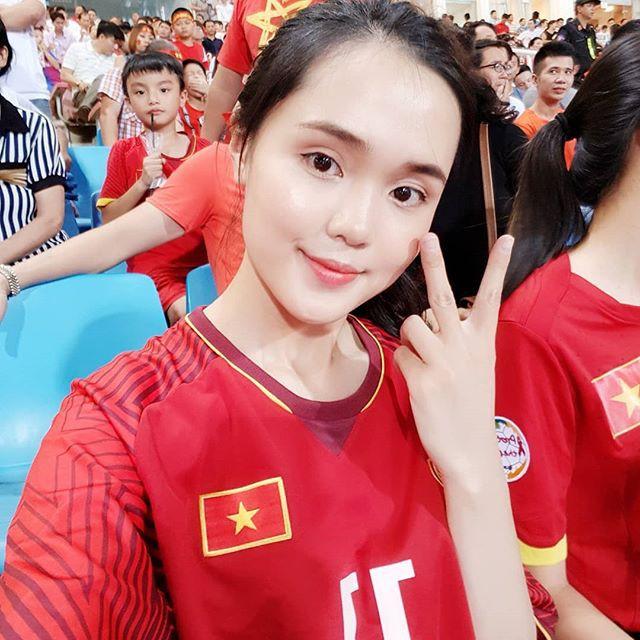 Em vợ Văn Quyết dậy sớm mua đồ cho nam vương AFF Cup 2018 - Ảnh 5.