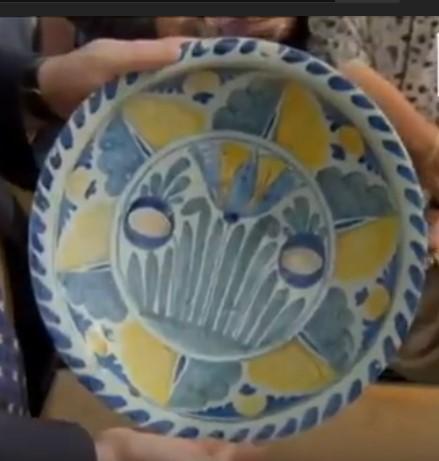"""Đem chiếc đĩa sứt mẻ đi định giá, người phụ nữ phát hiện mình sở hữu """"món hời"""" bấy lâu - Ảnh 2."""