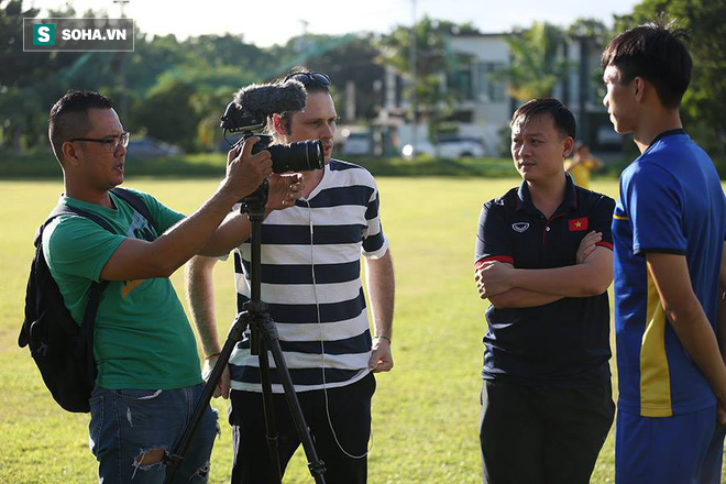 Phóng viên AFF săn Văn Hậu trước trận gặp Philippines - Ảnh 1.