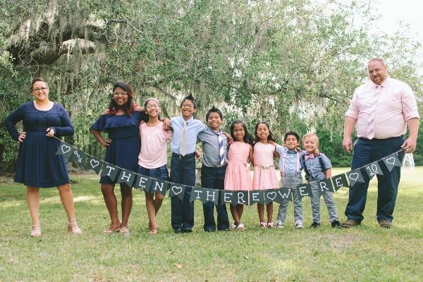 Nhận nuôi 7 anh chị em mồ côi, đôi vợ chồng chẳng ngờ vài tuần sau lại nhận được tin động trời - Ảnh 3.