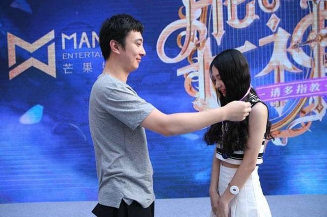 Phú nhị đại số 1 Trung Quốc: Chỉ thích mỹ nữ ngực khủng, bỏ trăm tỷ làm phim lăng xê bạn gái - Ảnh 11.