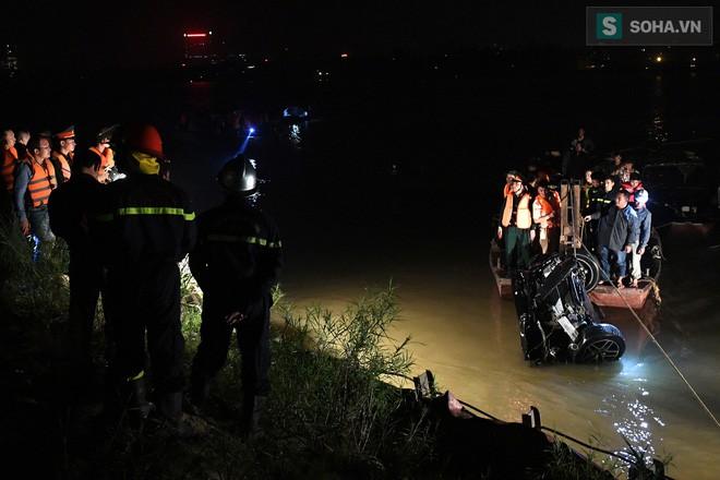 Biểu hiện bất thường của chiếc xe Mercedes trước khi xé thủng lan can cầu, lao xuống sông Hồng - Ảnh 2.