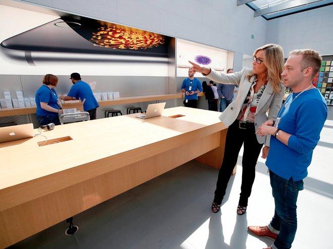 Nữ tướng này được trả lương gần gấp đôi CEO Tim Cook tại Apple - Ảnh 1.