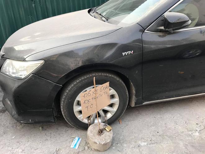 Đỗ thiếu ý thức, xe ô tô trắng bị ném trứng sống trên phố Hà Nội? - Ảnh 4.