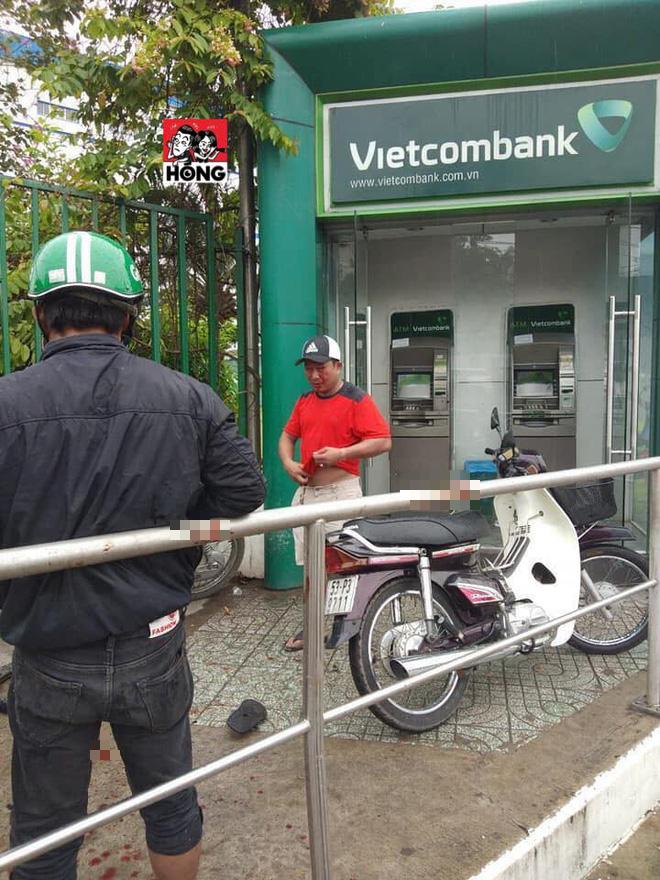 Cướp táo tợn tại Sài Gòn: Dùng ớt trét vào mắt, giật tài sản ngay tại trụ ATM - Ảnh 1.