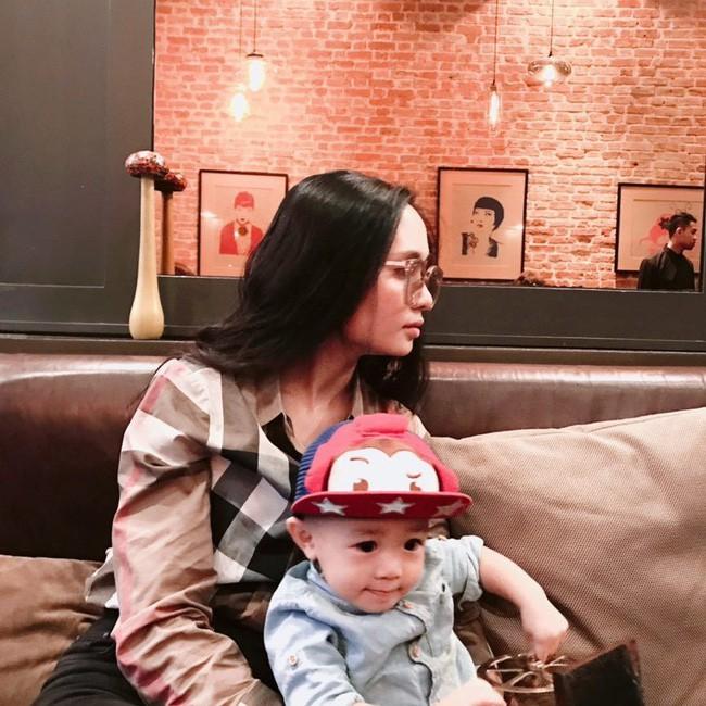 Chuyện tình đặc biệt của cặp chị em xinh đẹp yêu hai chàng hot boy tuyển Việt Nam - Ảnh 2.