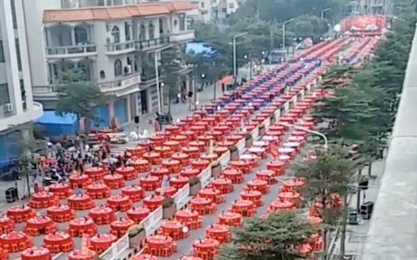 Đám cưới siêu khổng lồ tại Trung Quốc: Hàng nghìn bàn tiệc nhuộm đỏ một con phố dài cả cây số! - Ảnh 1.
