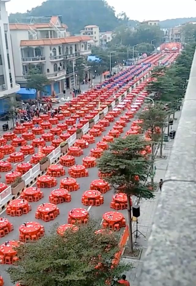 Đám cưới siêu khổng lồ tại Trung Quốc: Hàng nghìn bàn tiệc nhuộm đỏ một con phố dài cả cây số! - Ảnh 3.