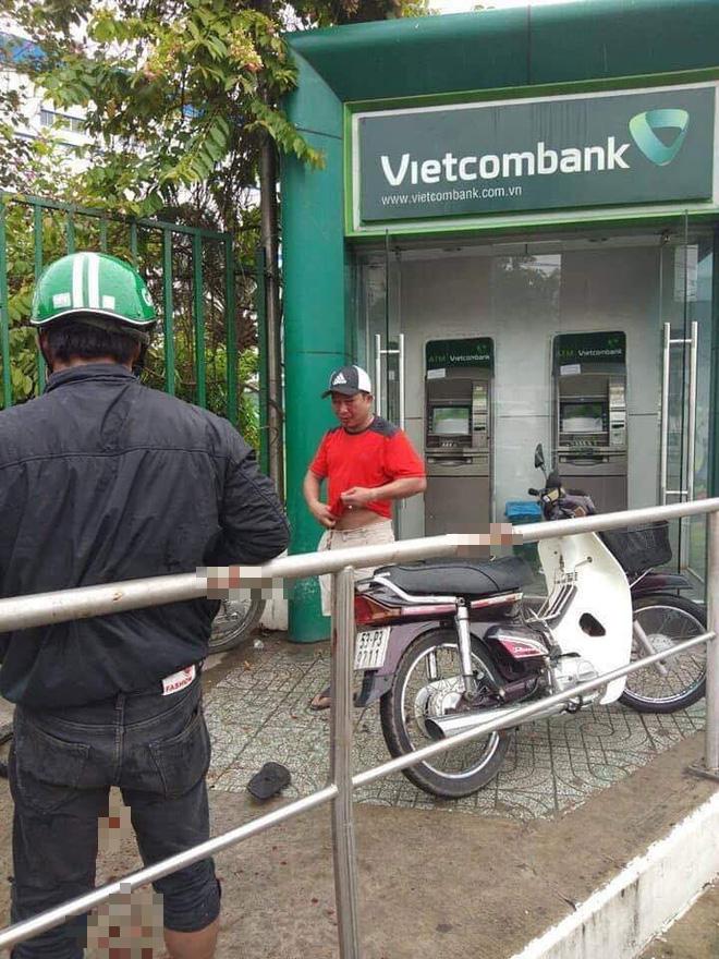 Cướp táo tợn tại Sài Gòn: Dùng ớt trét vào mặt, giật tài sản ngay tại trụ ATM - ảnh 1