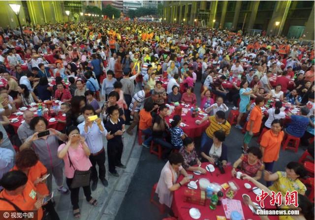 Đám cưới siêu khổng lồ tại Trung Quốc: Hàng nghìn bàn tiệc nhuộm đỏ một con phố dài cả cây số! - Ảnh 6.