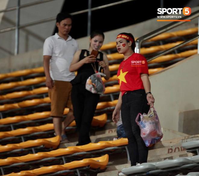 Không cần pháo sáng, fan Việt Nam vẫn tỏa sáng trên đất Lào với hành động ý nghĩa này - Ảnh 6.
