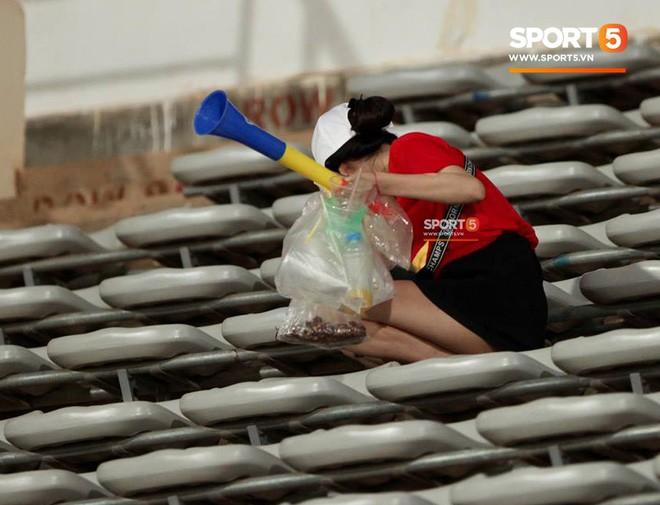 Không cần pháo sáng, fan Việt Nam vẫn tỏa sáng trên đất Lào với hành động ý nghĩa này - Ảnh 7.