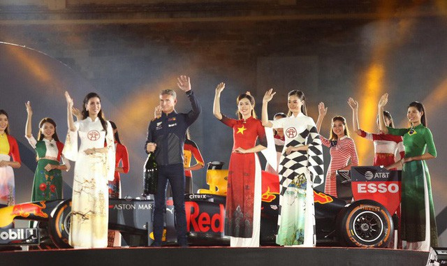 Cận cảnh siêu xe đua F1 ra mắt tại Hoàng thành Thăng Long  - Ảnh 10.