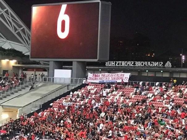 """Hành động """"lạ"""" của CĐV nhà khiến Indonesia phải """"ngượng mặt"""" sau thất bại trước Singapore - Ảnh 1."""