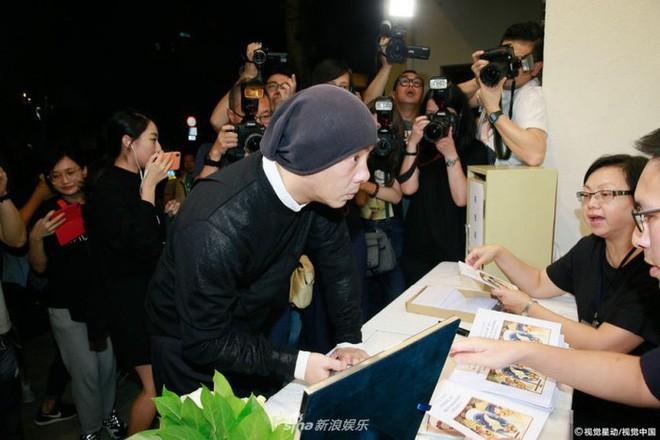 Tang lễ Lam Khiết Anh: Trương Vệ Kiện buồn bã, chị gái lặng người trước di ảnh xinh đẹp của nữ diễn viên - Ảnh 1.