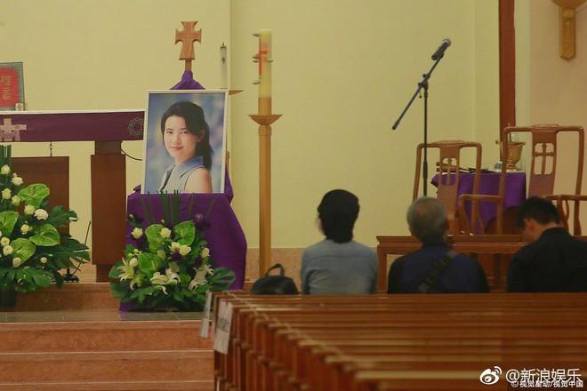 Tang lễ Lam Khiết Anh: Trương Vệ Kiện buồn bã, chị gái lặng người trước di ảnh xinh đẹp của nữ diễn viên - Ảnh 15.