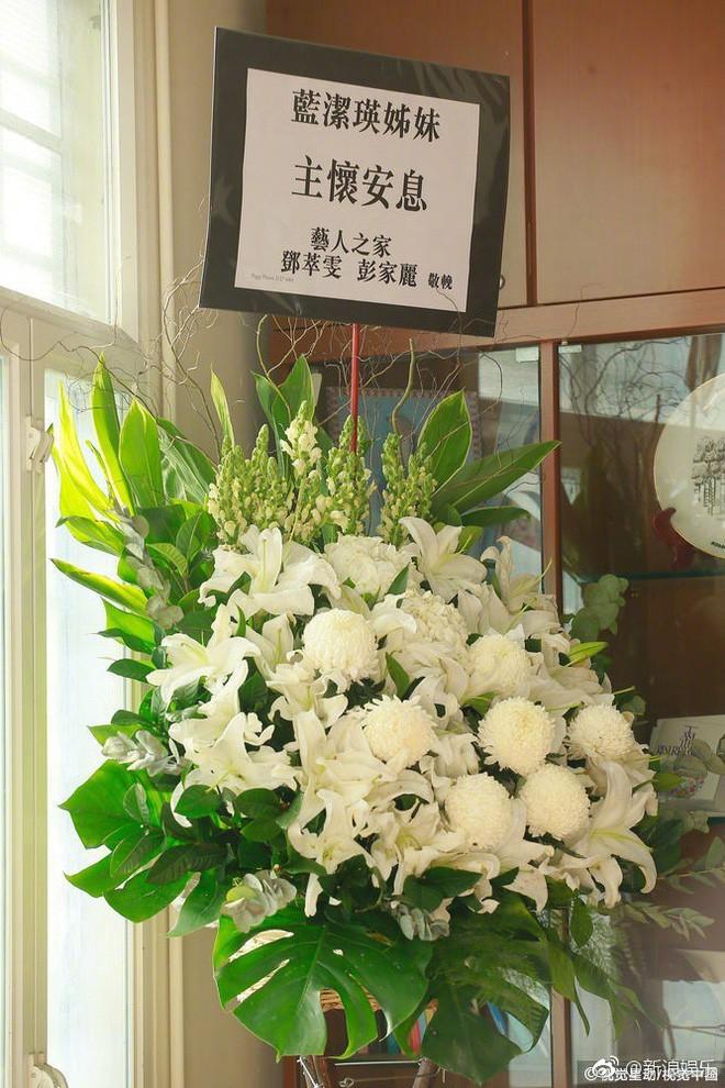 Tang lễ Lam Khiết Anh: Trương Vệ Kiện buồn bã, chị gái lặng người trước di ảnh xinh đẹp của nữ diễn viên - Ảnh 16.