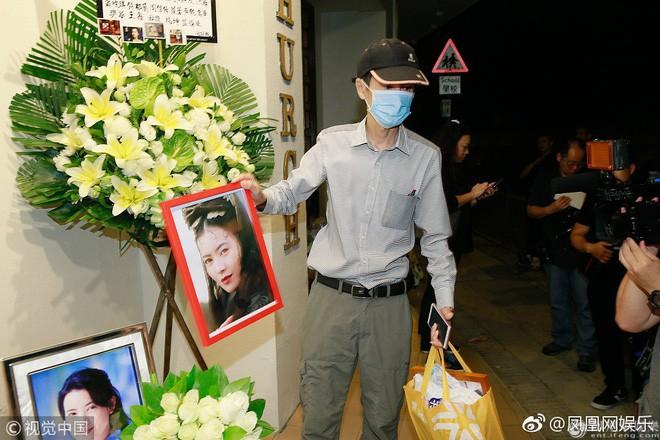 Tang lễ Lam Khiết Anh: Trương Vệ Kiện buồn bã, chị gái lặng người trước di ảnh xinh đẹp của nữ diễn viên - Ảnh 18.
