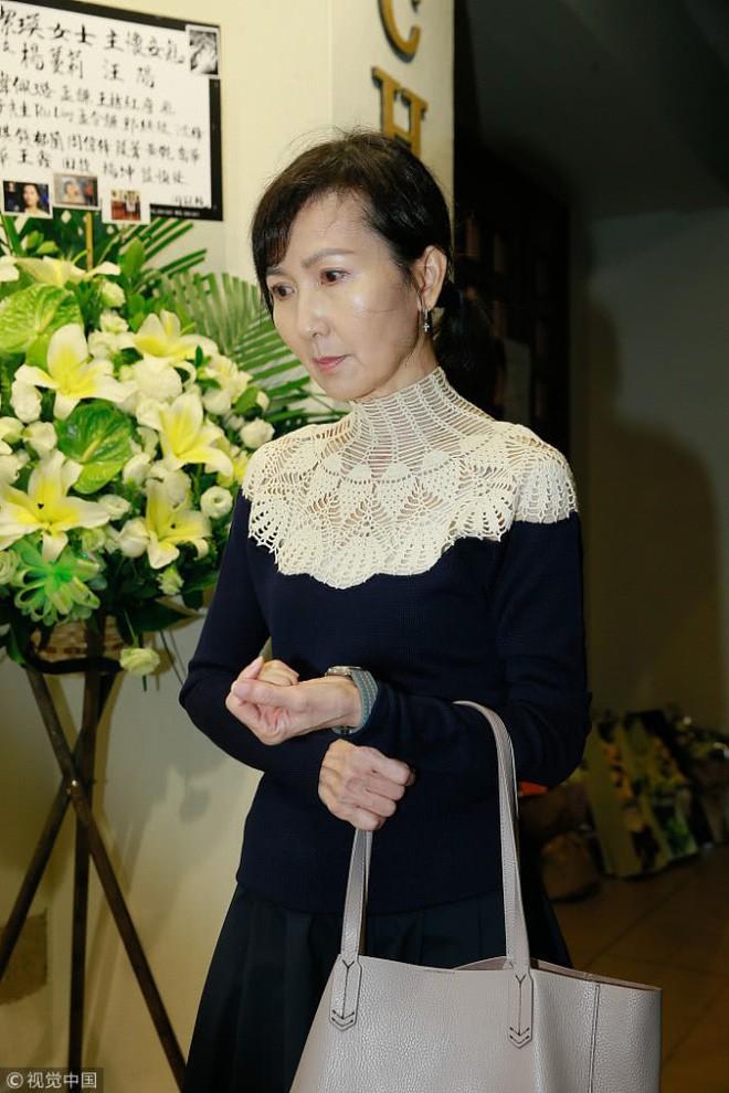 Tang lễ Lam Khiết Anh: Trương Vệ Kiện buồn bã, chị gái lặng người trước di ảnh xinh đẹp của nữ diễn viên - Ảnh 4.