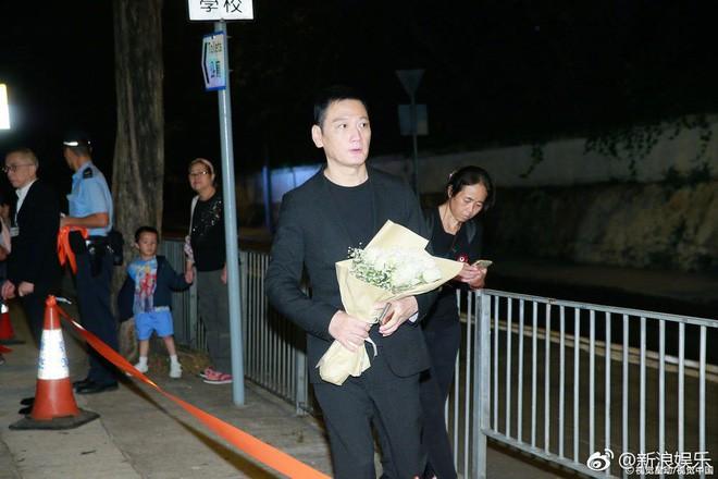 Tang lễ Lam Khiết Anh: Trương Vệ Kiện buồn bã, chị gái lặng người trước di ảnh xinh đẹp của nữ diễn viên - Ảnh 6.