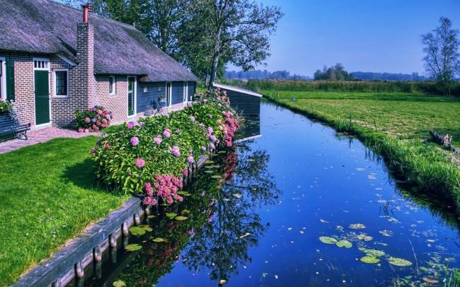 Ngôi làng không có đường đi, nhà nào nhà đó tràn ngập hoa tươi, đẹp như trong cổ tích - Ảnh 1.