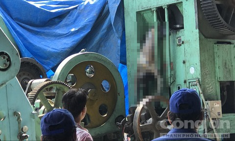 Người đàn ông chết khô lủng lẳng trên chiếc máy dập sắt ở Sài Gòn - Ảnh 1.