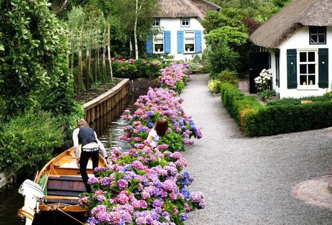 Ngôi làng không có đường đi, nhà nào nhà đó tràn ngập hoa tươi, đẹp như trong cổ tích - Ảnh 12.