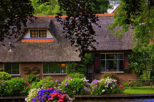 Ngôi làng không có đường đi, nhà nào nhà đó tràn ngập hoa tươi, đẹp như trong cổ tích - Ảnh 13.
