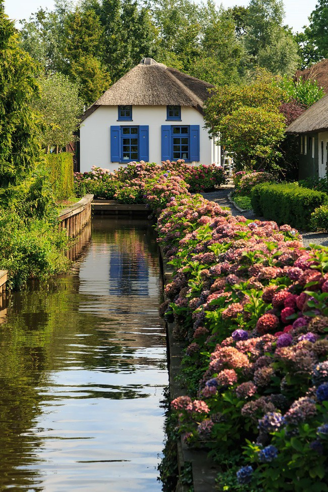 Ngôi làng không có đường đi, nhà nào nhà đó tràn ngập hoa tươi, đẹp như trong cổ tích - Ảnh 20.