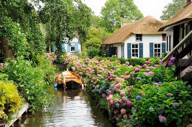 Ngôi làng không có đường đi, nhà nào nhà đó tràn ngập hoa tươi, đẹp như trong cổ tích - Ảnh 21.