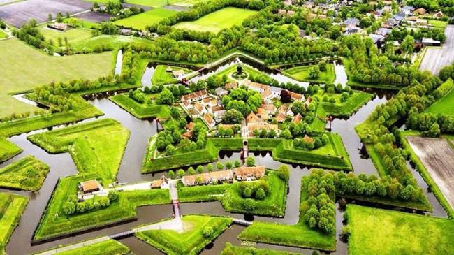 Ngôi làng không có đường đi, nhà nào nhà đó tràn ngập hoa tươi, đẹp như trong cổ tích - Ảnh 24.