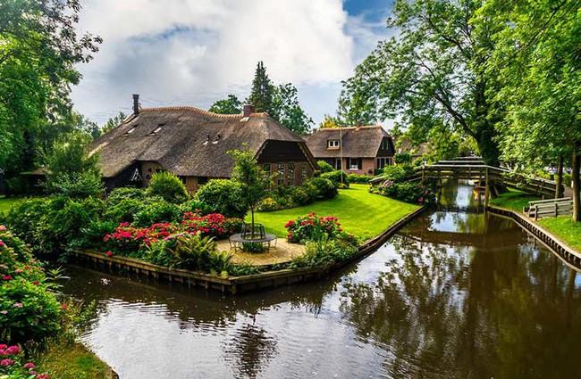 Ngôi làng không có đường đi, nhà nào nhà đó tràn ngập hoa tươi, đẹp như trong cổ tích - Ảnh 7.